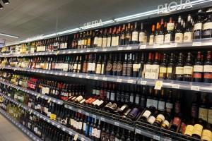 スーパーに陳列される選びきれないほどのワイン