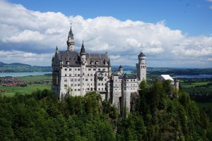 美しい姿でそびえるノイシュバンシュタイン城